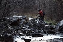Na cyklostezku, která vede na Malou Chuchli, se sesuly kameny z přilehlé zvětralé skály. Možná se to bude opakovat. Lidé by se proto měli místu raději vyhnout.