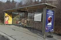 Opravená zastávka městské hromadné dopravy v Hostivaři.