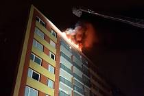 Požár na střeše paneláku ve Strašnicích.