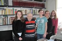 Jiří Březina s žákovským týmem, který jeho příběh zaznamenal..