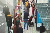 Kriminalisté prosí veřejnost o pomoc při objasnění události, při které utrpěla na pražském Florenci holčička v kočárku poranění v obličeji.