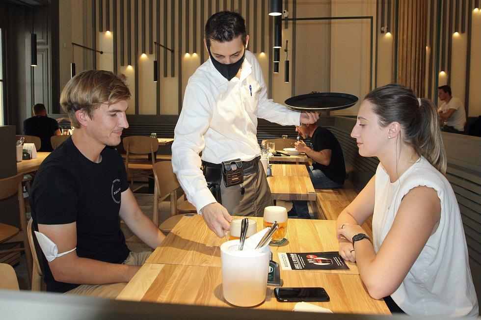 Dvojice si do restaurace zašla z nedalekých kanceláří.