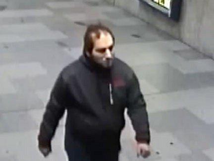 Pražští kriminalisté hledají muže, který je podezřelý z loupeže a znásilnění šestapadesátileté ženy v parku na Proseku.