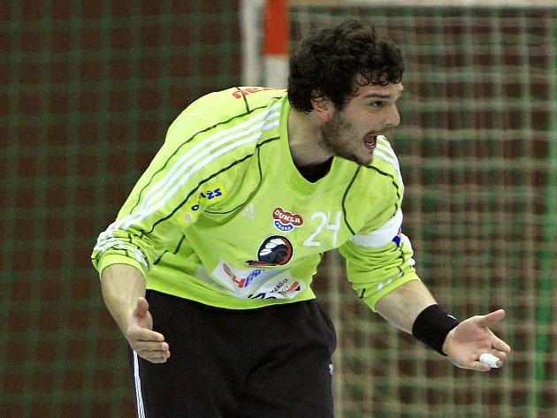 Tomáš Petržala burcuje své spoluhráče.