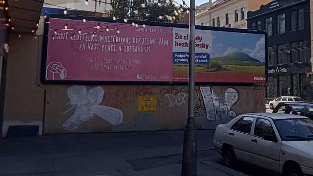 Rodiče žáků Základní školy Fr. Plamínkové v Praze 7 děkují bývalé ředitelce. Z jejího konce se stala kauza. Radnice vinu odmítá.