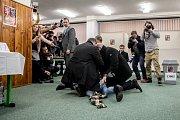 Ve volební místnosti 12. ledna v Praze, kde plánoval prezident Miloš Zeman volit v prezidentských volbách zasahovala jeho ochranka kvůli jeho napadení aktivistkou z hnutí Femen.