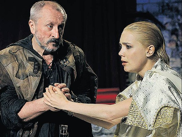 OTHELLO. Oldřich Navrátil coby Jago a Lucie Vondráčková jako Desdemona.