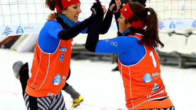 Snow volejbalistky Michaela Knoblochová (vlevo) a Anna Dostálová v akci.