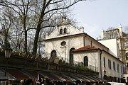 Dříve na jejím místě stál komplex dvou synagog a školy. Podle těchto malých budov (latinsky claustrum) získalo místo své jméno a když po velkém požáru ghetta v roce 1689 stavěli jednu velkou synagogu, jméno jí zůstalo.