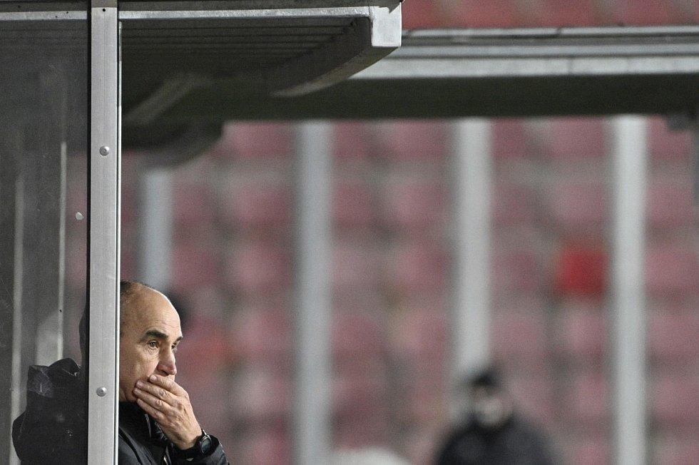 Sparťanský trenér Václav Kotal se zasmušilým výrazem sleduje derby proti Slavii, které jeho domácí tým prohrál ostudně 0:3.
