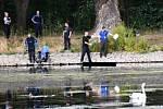 U pražského rybníka Homolka byl nalezen invalidní vozík, ve vodě mrtvý muž.