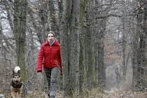 Dívka se prochází se psem větrolamem v pražských Čimicích. Ten si ale někteří pletou s volným dřevem do kamen.