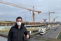 Pražský radní pro dopravu se fotí u stavby parkovacího domu na Černém Mostě.