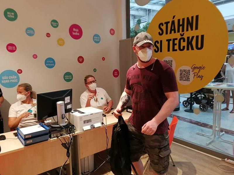 V OC Nový Smíchov se 19. července 2021 otevřelo třetí centrum v Praze, kde se lze očkovat proti covid-19 bez registrace. První ve frontě byl pan Hugo.