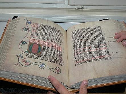 PRAVÉ ZLATO je použito ke krytí zdobných iniciál, jež zabírají značnou část stránky. Naopak titulky se tehdy nepoužívaly.