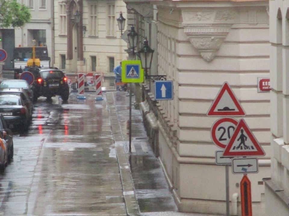 Uzavření Smetanova nábřeží je jádrem sporu mezi pražským magistrátem a centrální městskou částí.