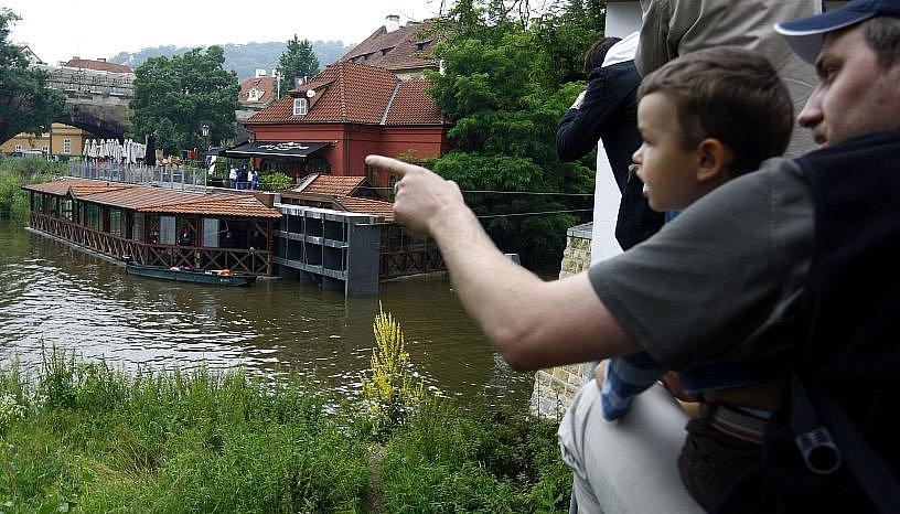 Dělníci uzavřeli 26. června 2009 na pražské Kampě protipovodňová vrata do Čertovky.