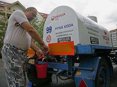 Na sídlišti Rohožnik v Praze - Ujezd nad Lesy lidé již několik dní použivají vodu z cisterny, tu z kohoutku musí nejdříve převařit.