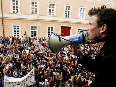 Demonstrovat před ministerstvo školství přišlo několik tisíc studentů.