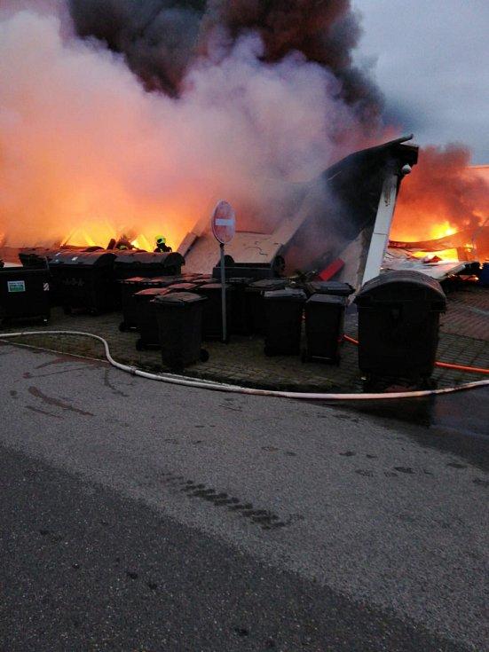 V areálu výstaviště v pražských Letňanech hořela hala se stany a vybavením do přírody.