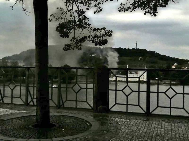 Kouř z požáru na pražské Kampě byl vidět z širokého okolí.