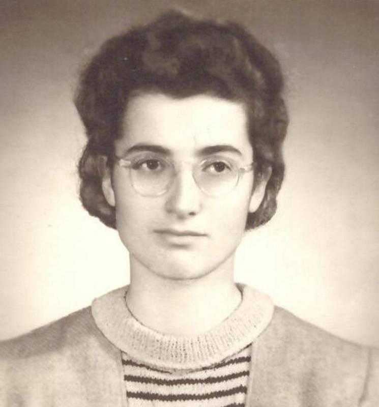 Elly Jouzová, rozená Baranová, maturitní fotografie. Rok 1952.