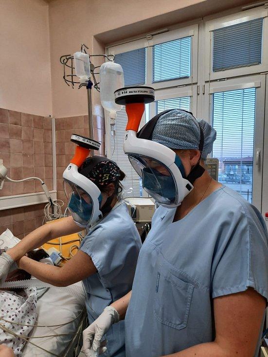 ČVUT v Praze vyrábí celoobličejové masky pro lékaře v první linii zdarma.