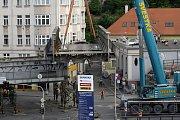 Dnes se demontovala a přenesla první cca 91 tun težká část železničního mostu nad křižovatkou Husitská Trocnovská.