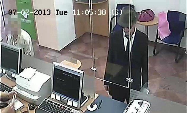 Pražští policisté pátrají po neznámém pachateli, který vúterý 2.července přepadl banku na Praze 2vulici Lazarská.