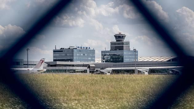 Ilustrace Letiště Václava Havla v Praze, 21. července. řídící věž, bezpečnost, opatření, plot, ranvej
