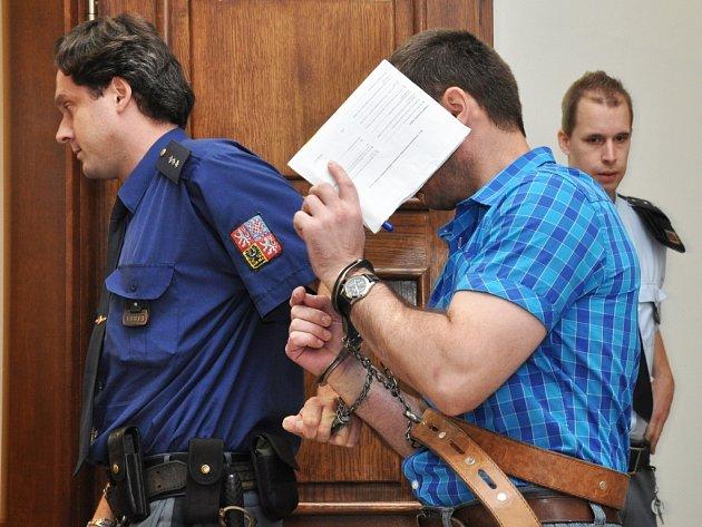 Soud nemá pochybnosti o tom, že to byl právě odsouzený, kdo loni 2. prosince po odchodu kolegů v opilosti vyprovokoval hádku a bezdůvodně zaútočil nožem na hlídače, který na staveništi rekonstruovaného domu na Újezdě přišel na noc vystřídat zedníky.