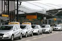 Hojně využívaných dopravním prostředkem k cestě na letiště zůstává taxi.