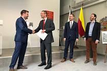 Slavnostní předání podepsané dohody s vlastníky pozemků u budoucí stanice Nemocnice Krč metra D.