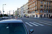 Křižovatka ulic Veletržní a Dukelských hrdinů je v současném stavu neadekvátně rozlehlá. Obyvatelé si také stěžovali, že zelená na přechodech svítí moc krátce, což omezuje bezpečné přecházení ulice.