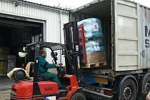 V Jinonicích se nákladaly palety s pomocí pro zdravotnické středisko v Keni.