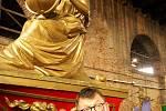Žena s glóbem na přídi lodi Geografia je symbolem objevitelských a dobyvatelských úspěchů Benátek. Na fotografii Zdeněk Bergman,  hlavní pořadatel svatojánských Navalis a majitel společnosti Pražské Benátky.
