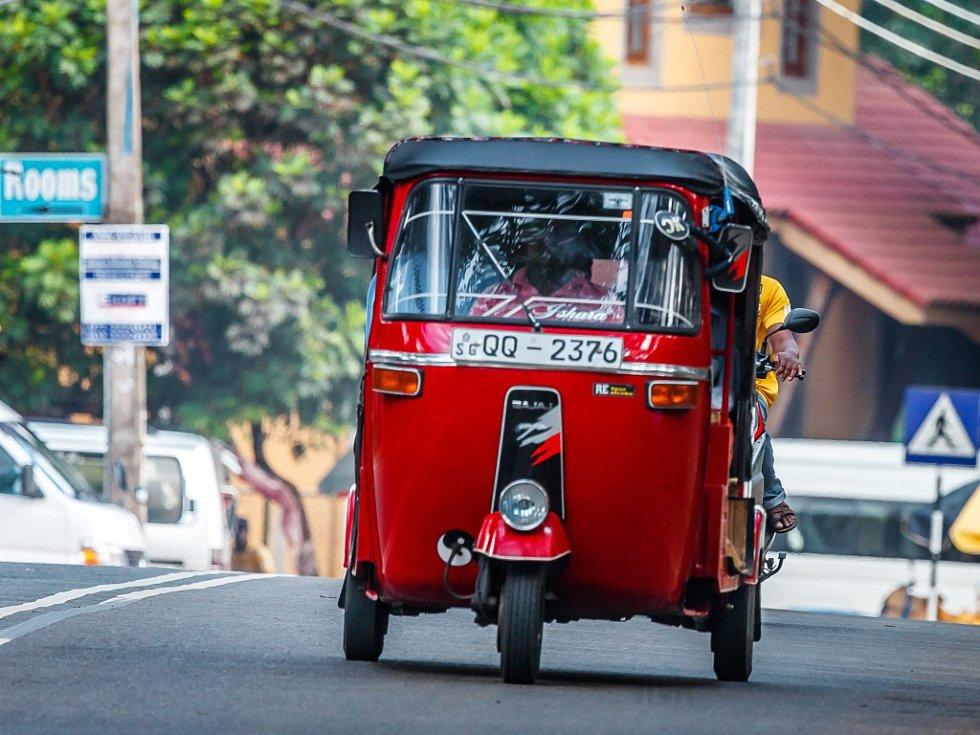 Asijské rikši zvané tuk-tuk: tuk-tuky ze Srí Lanky. Příliš se neliší od těch nejobyčejnějších, které lze vidět v Dillí a na jiných místech Indie.
