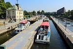Výletní lodě na Vltavě. Zdymadlo Štvanice.