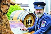Velkopopovický pivovar a hasiči oslavili společné výročí. Slavnostní podepsání výročního listu