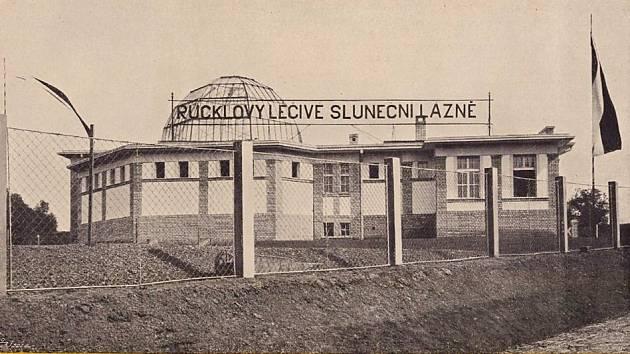 Rücklovy sluneční lázně – Rücklovy sluneční lázně se stali po celé Praze pověstnými a sjížděla se sem smetánka z celého města.