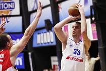 HRDINA UTKÁNÍ! Pivot USK Praha Stanislav Votroubek zatížil konto Jindřichova Hradce devětadvaceti body.