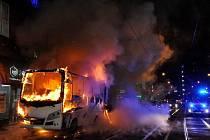 Požár autobusu v centru Prahy omezil tramvajovou dopravu.