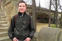"""Tady to vše začalo. Ze dne na den přišel o práci, neměl kde spát. A tak 23letý Daniel Jakubčik trávil noci pod mostem Legií. Vydržel to týden. """"Když jsem se to ráno probudil, zjistil jsem, že mi zloději vzali všechno kromě sluchátek a nabíječky na mobil."""""""