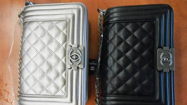 Nalezeny byly padělky léků značky Cialis, kabelek značky Chanel, náramkových hodinek značky Audemars Piguet a Hublot, přístrojů a příslušenství na pedikúru značky Scholl.