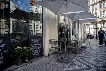 Zahrádka u restaurace v centru Prahy.