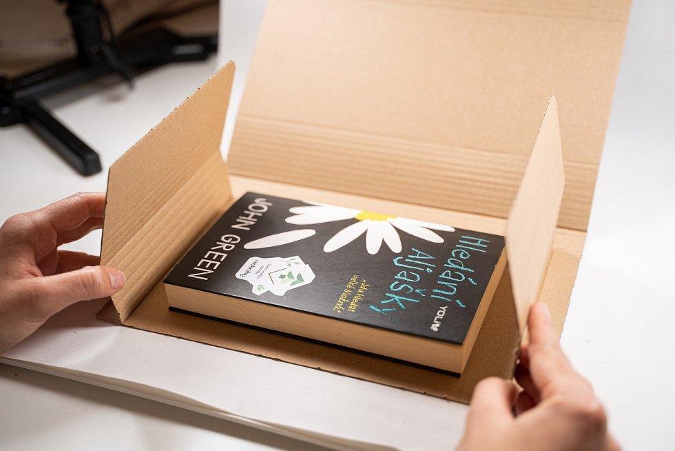Firma Reknihy vrací knihy do oběhu a finančně přispívá na obnovu deštných pralesů.