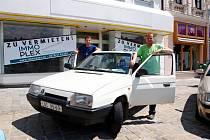 Bratři Martin a Vlastimil Leškovi vyrazili na letošní Škoda Tour 2014 v Hollabrunu se Škodou Favoritem. Na této značce vyrostli i se učili v autoškole.