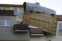 Střecha bytového domu v Letňanech, kterou odnesla vichřice 1. března 2008.