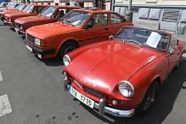 Triumph Spitfire Mk II - Třináctý ročník srazu a výstavy historických vozidel se konal 25. května 2019 v Praze. Na snímku v popředí je automobil Triumph Spitfire Mk II z roku 1965, v pozadí jsou automobily značky Škoda.