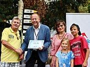 Za vedení zoo pogratuloval rodině dlouholetý marketér Ing. Vít Kahle a předal jim dárky od zoo a jejích partnerů.